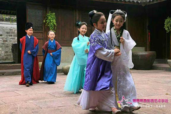 小戏骨栏目剧《白蛇传》杭州取景拍摄中,明星学员随行负责化妆工作