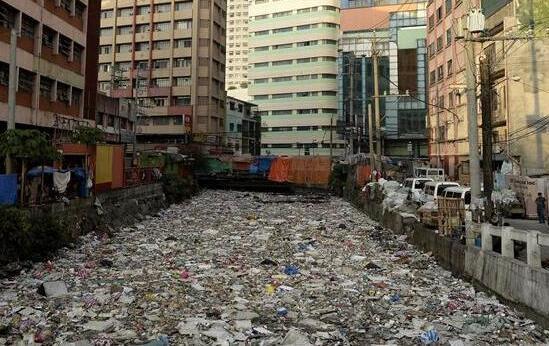 马尼拉河污染严重 河面被垃圾全覆盖触目惊心