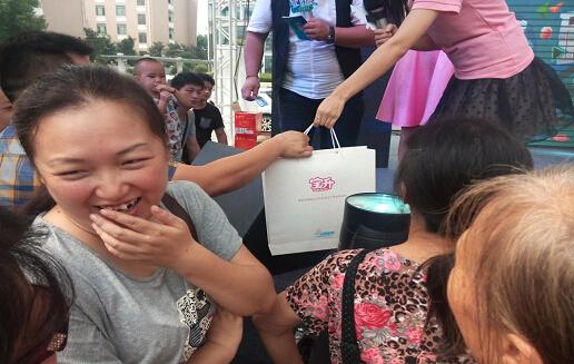 宝降奶瓶走进社区公益活动