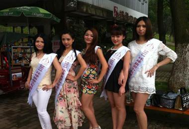 相聚植物园 夏杨与2013环球旅游小姐选手见面
