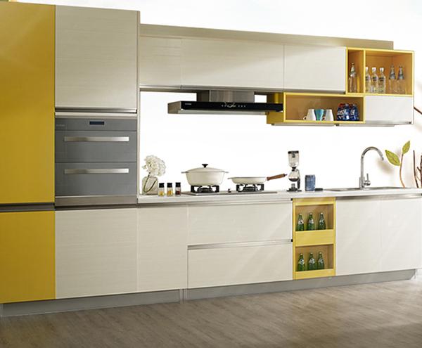 温暖的黄色橱柜