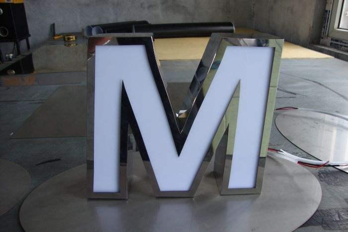 如何对发光字的金属部分进行保养维护?
