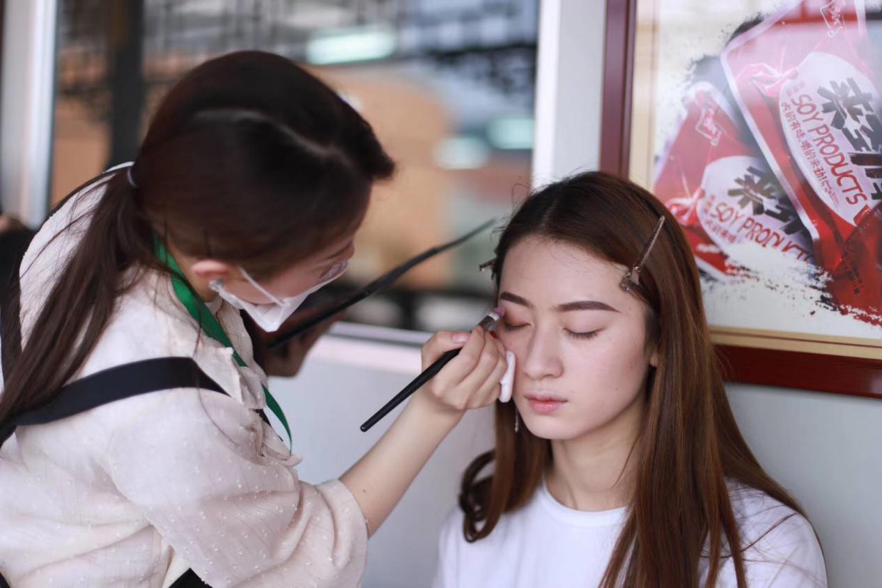 邵阳化妆培训学校_简单大气的眼线该怎么画?
