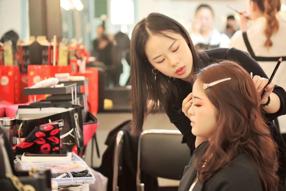 张家界化妆培训学校_画眼影要注意什么技巧?