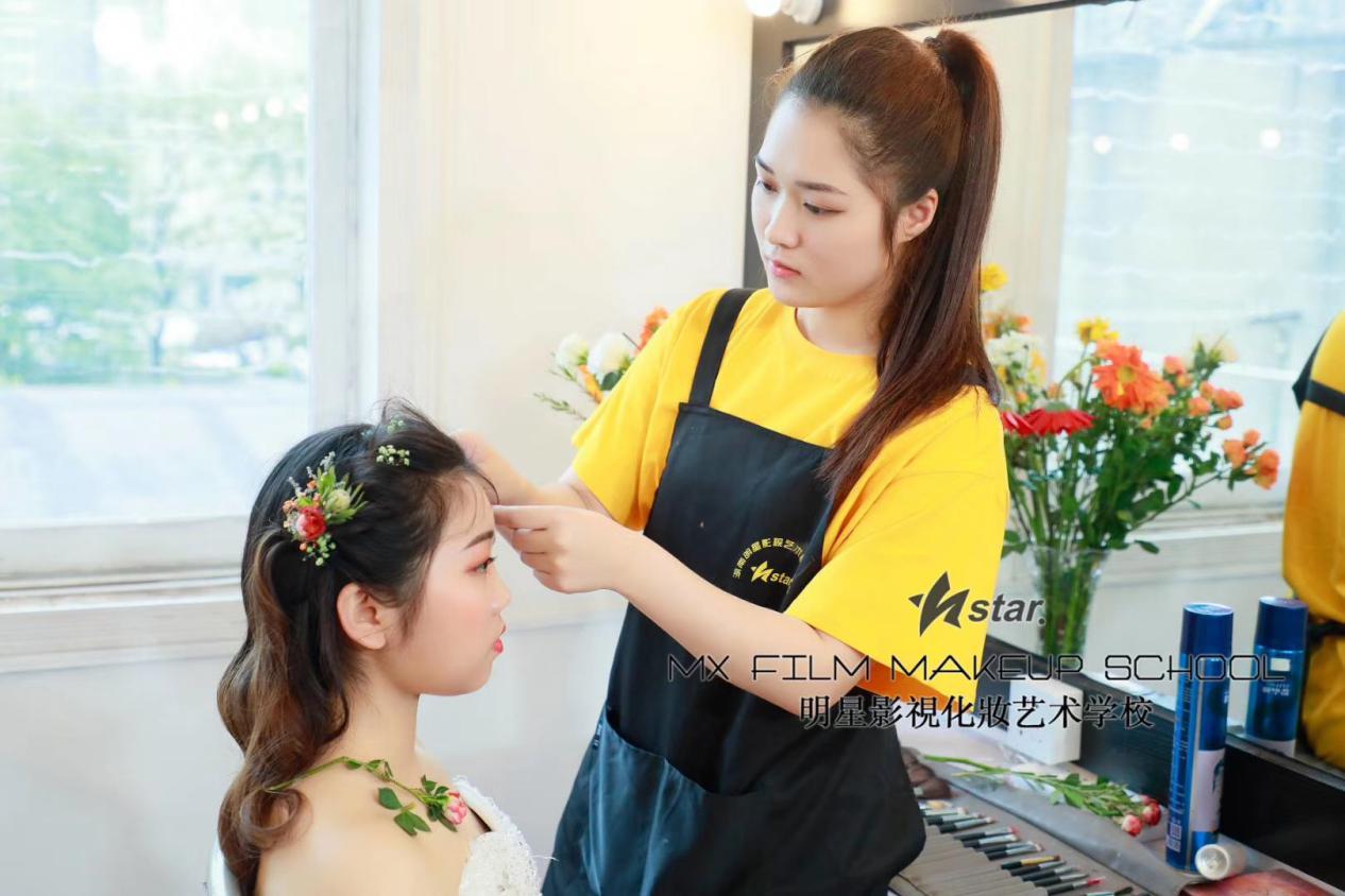 张家界化妆培训学校_为什么化妆后反而显老?