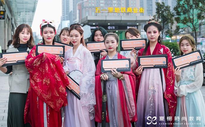 夏杨时尚教育汉服秀让外国人驻足合影