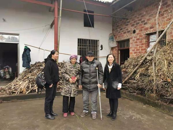 青冲新材料春节前慰问患病困难家庭